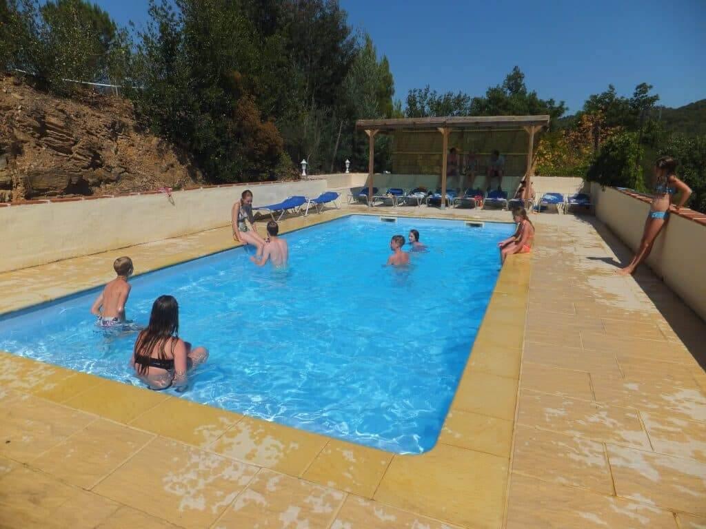 zwembad spelende kinderen